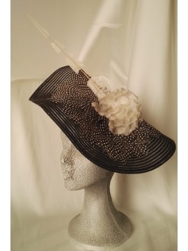 Hat raffia, covered with guinea hen feathers